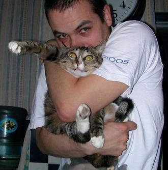 У кота явный стресс. Да и хозяин перевозбужден